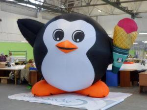 надувной пингвин с мороженым