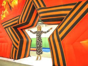 надувная арка Звезда в сравнении с человеком