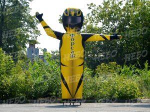 Надувная фигура гонщик – зазывала, надувная фигура с машущей рукой, рукомах, динамическая реклама,