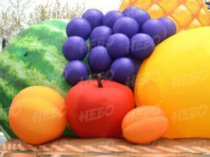 Надувная корзина с фруктами фрагмент