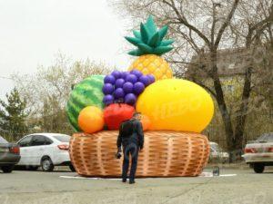 Надувная корзина с фруктами по сравнению с человеком