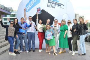 Организаторы промоакции евро2020 на фоне надувного футбольного мяча