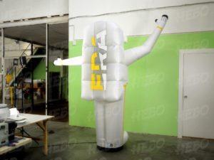 космонавт с машущей рукой