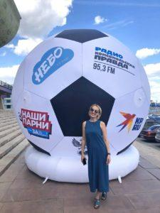 замдиректора компании Небо и надувной футбольный мяч