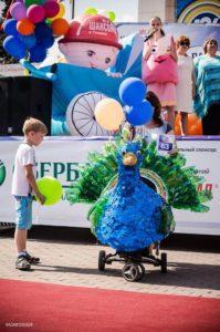 Надувная детская коляска на параде колясок