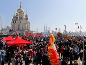Надувная фигура девочка масленица на празднике, г. Владивосток